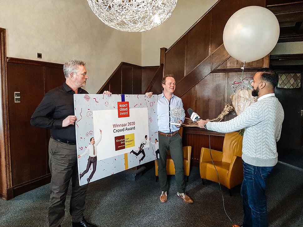 Eric van den Bogaart en Remco Van Slooten nemen de Exact Crowd Award prijs in ontvangst
